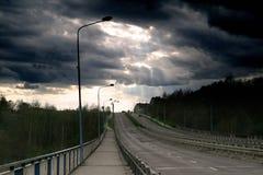 Dramatische wolken over een Poolse weg Stock Foto