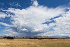 Dramatische wolken over het gele gebied Royalty-vrije Stock Foto