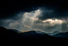 Dramatische wolken over Karpatische bergen Stock Foto
