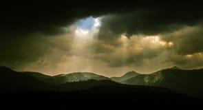 Dramatische wolken over Karpatische bergen Stock Foto's