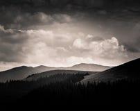 Dramatische wolken over Karpatische bergen in grijze schaal Stock Foto's