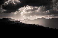 Dramatische wolken over Karpatische bergen in grijze schaal Stock Fotografie