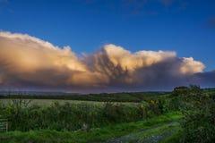 Dramatische wolken over onderstel st michael in Cornwall Stock Afbeeldingen