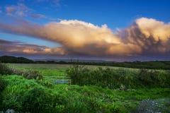Dramatische wolken over onderstel st michael in Cornwall Stock Afbeelding