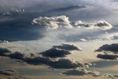 Dramatische wolken tegen een hoofdzakelijk grijze hemel stock fotografie