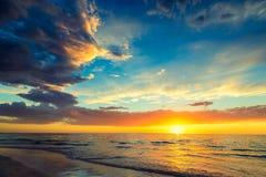 Dramatische zonsondergang bij het strand Royalty-vrije Stock Afbeeldingen
