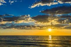 Dramatische zonsondergang bij het strand Stock Afbeeldingen