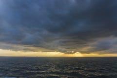 Dramatische zonsondergang bij Noordzee Stock Foto
