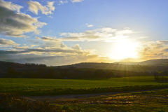 Dramatische Zonsondergang en het Uitzenden Antenne Stock Foto's