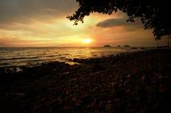 Dramatische zonsondergang en zonstraal bij een overzees Royalty-vrije Stock Afbeelding