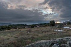 Dramatische zonsondergang in jeneverbessenbos met rots in voorgrond Rusland, Stary Krym Royalty-vrije Stock Foto