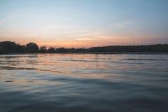 Dramatische zonsondergang met heldere bezinningen Stock Fotografie