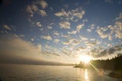 Dramatische zonsondergang op de kust Stock Foto