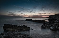 Dramatische zonsondergang op een Rotsachtige kustlijn royalty-vrije stock foto