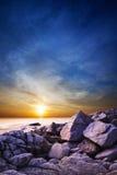 Dramatische zonsondergang over het overzees. Stock Foto