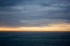 Dramatische zonsondergang over oceaan Royalty-vrije Stock Fotografie