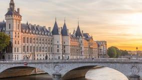 Dramatische zonsondergang over rivierzegen en Conciergerie timelapse in Parijs, Frankrijk stock footage