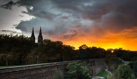 Dramatische zonsondergang over Vysehrad-heuvel met kathedraal Royalty-vrije Stock Afbeeldingen