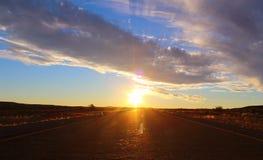 Dramatische zonsonderganghemel en mooie wolken stock foto