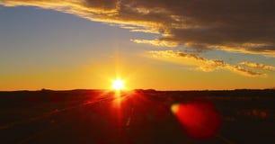 Dramatische zonsonderganghemel en mooie wolken stock afbeeldingen