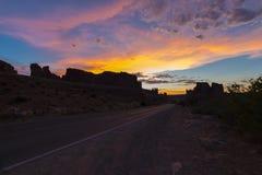 Dramatische zonsonderganghemel over Gerechtsgebouwtorens Royalty-vrije Stock Foto's