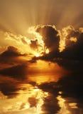 Dramatische zonsondergangscène stock foto