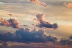 Dramatische zonsondergangwolken royalty-vrije stock afbeeldingen