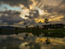 Dramatische zonsondergangwolken over een meer stock foto's