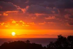 Dramatische zonsondergangzon in wolken op de Stille Oceaan Royalty-vrije Stock Foto