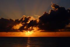 Dramatische zonsopgang met wolken en stralen van zon Stock Afbeelding