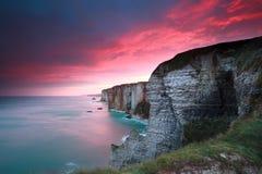Dramatische zonsopgang over klippen in de Atlantische Oceaan Stock Foto