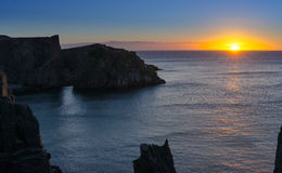 Dramatische zonsopgangklippen bij Kabel John Cove Newfoundland Dageraad over de Atlantische Oceaan stock foto