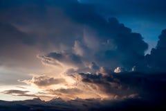 Dramatisk atmosfärpanoramasikt av härlig solnedgånghimmel och cl Arkivfoton