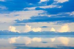 Dramatisk atmosfärpanoramasikt av konstnärlig skymninghimmel Arkivfoto