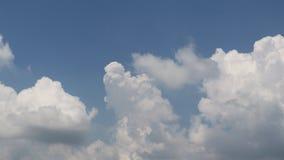 Dramatisk atmosfärsikt av himmel och moln för tidschackningsperiod arkivfilmer