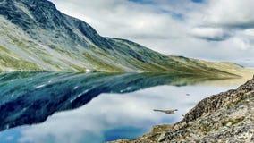 Dramatisk bergsjö Norge Fotografering för Bildbyråer