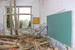 Dramatisk bild av den glömda, förstörda övergav skolan royaltyfria bilder