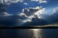 Dramatisk blå himmel med solstrålar Arkivbild