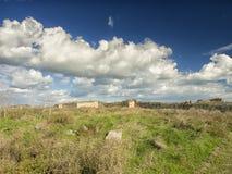 Dramatisk blå himmel med vita moln över fördärvar av gammalgrekiskakolonin av Histria, på kusterna av Black Sea Histria är Arkivbild