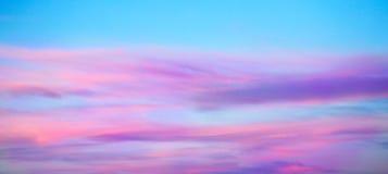 Dramatisk blått- och lilafärgsolnedgång och soluppgånghimmel royaltyfria bilder