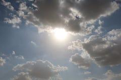 Dramatisk bl? molnig himmel med vita solstr?lar som bryter till och med molnen mot bakgrund field bl?a oklarheter f?r gr?n vitt w royaltyfria foton