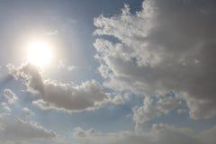 Dramatisk bl? molnig himmel med vita solstr?lar som bryter till och med molnen mot bakgrund field bl?a oklarheter f?r gr?n vitt w royaltyfri foto