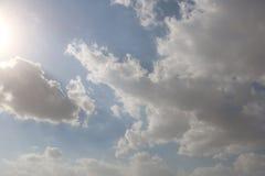 Dramatisk bl? molnig himmel med vita solstr?lar som bryter till och med molnen mot bakgrund field bl?a oklarheter f?r gr?n vitt w royaltyfri bild