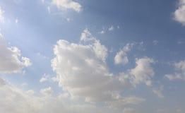 Dramatisk bl? molnig himmel med vita solstr?lar som bryter till och med molnen mot bakgrund field bl?a oklarheter f?r gr?n vitt w royaltyfri fotografi