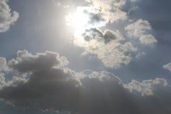 Dramatisk bl? molnig himmel med vita solstr?lar som bryter till och med molnen mot bakgrund field bl?a oklarheter f?r gr?n vitt w royaltyfria bilder