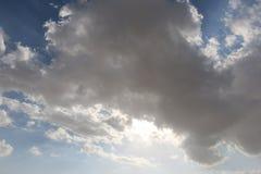 Dramatisk bl? molnig himmel med vita solstr?lar som bryter till och med molnen mot bakgrund field bl?a oklarheter f?r gr?n vitt w fotografering för bildbyråer
