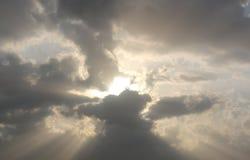 Dramatisk bl? molnig himmel med vita solstr?lar som bryter till och med molnen mot bakgrund field bl?a oklarheter f?r gr?n vitt w arkivbilder