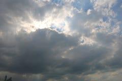 Dramatisk bl? molnig himmel med vita solstr?lar som bryter till och med molnen mot bakgrund field bl?a oklarheter f?r gr?n vitt w arkivfoto