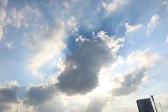 Dramatisk bl? molnig himmel med vita solstr?lar som bryter till och med molnen mot bakgrund field bl?a oklarheter f?r gr?n vitt w arkivbild