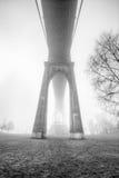 Dramatisk bro i dimman Royaltyfri Bild